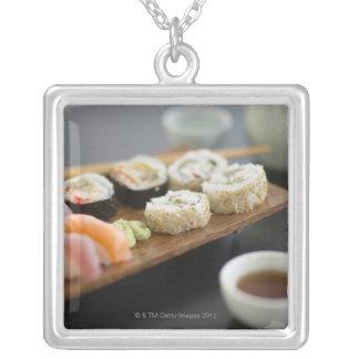 伝統的で日本のな寿司 シルバープレートネックレス
