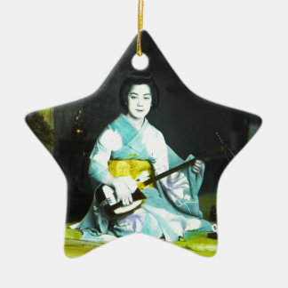伝統的で日本のな芸者のミュージシャンのサービングの茶 セラミックオーナメント
