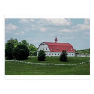 伝統的で白くおよび赤い納屋 ポストカード