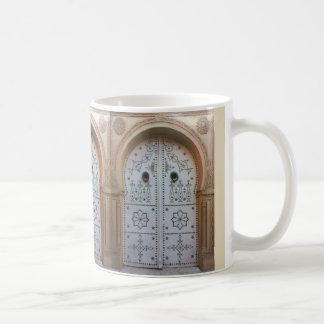 伝統的なチュニジアのドアのマグ コーヒーマグカップ