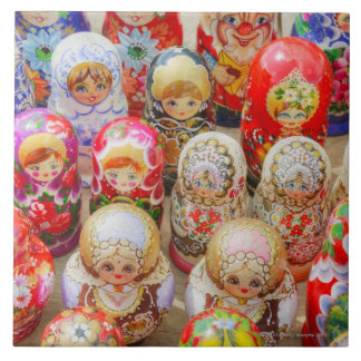 伝統的なロシア語のクローズアップは人形に入り込みました タイル