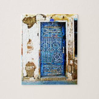 伝統的なヴィンテージの古いギリシャの青のドア ジグソーパズル