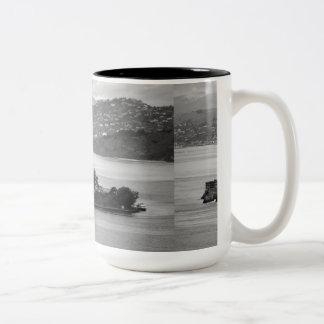 低空飛行のアルカトラズ島 ツートーンマグカップ