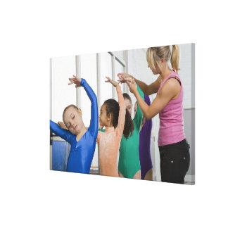 体操のクラスで伸びている女の子 キャンバスプリント