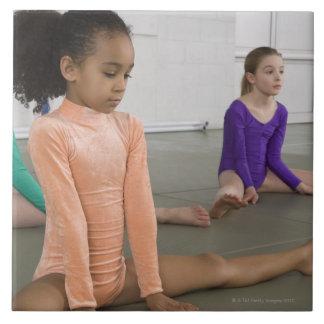 体操の練習で伸びている女の子 タイル