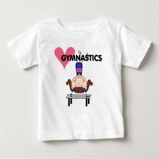 体操-ブルネットの女の子の逆立ち ベビーTシャツ
