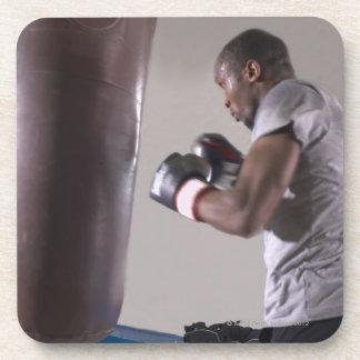 体育館でサンドバッグを使用しているボクサー コースター