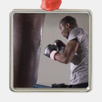 体育館でサンドバッグを使用しているボクサー シルバーカラー正方形オーナメント