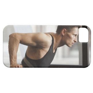 体育館で体操装置を使用しているオスのアスリート iPhone SE/5/5s ケース