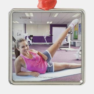 体育館で運動している女の子 シルバーカラー正方形オーナメント