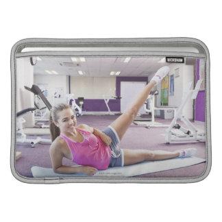 体育館で運動している女の子 MacBook スリーブ