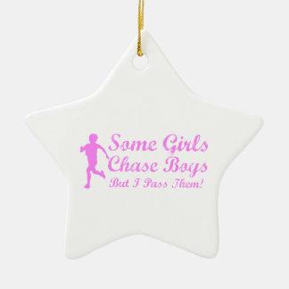 何人かの女の子の追跡の男の子私はそれらに女の子のジョガーを渡します セラミックオーナメント