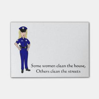 何人かの女性は警官のユーモアをきれいにします ポストイット