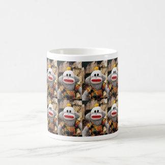 余りにも多くのSockMonkeys コーヒーマグカップ