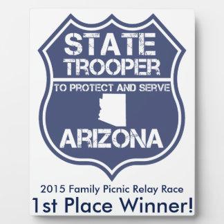 保護し、役立つアリゾナの州警察官 フォトプラーク