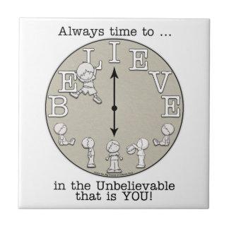 信じ小さい男の子および時計への時間 タイル