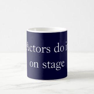 俳優はそれをします コーヒーマグカップ
