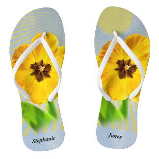 個人化して下さい: 写真の黄色い春のチューリップを開花して下さい ビーチサンダル