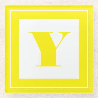 個人化して下さい: 最小主義の正方形のはっきりしたな黄色のイニシャル ガラスコースター