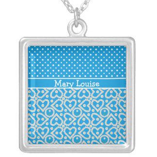 個人化なるべきネックレス: 青いポルカのひな菊の花輪 シルバープレートネックレス