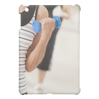 健康のダンベルと運動している先輩 iPad MINI カバー