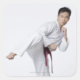 側面の蹴りを練習している若者 スクエアシール