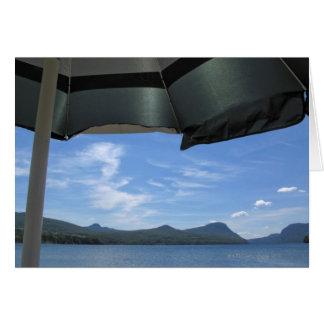 傘の下の湖の眺め カード