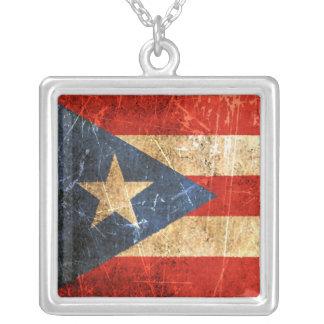 傷付けられ、擦り切れたなヴィンテージのプエルトリコ人の旗 シルバープレートネックレス