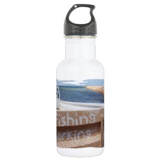 働かないビーチの空の突堤桟橋のユート語の採取 ウォーターボトル