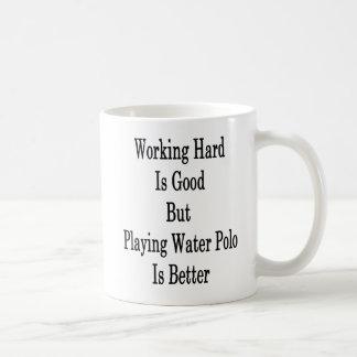 働く懸命はよいですが、水球を遊んで賭けられます コーヒーマグカップ
