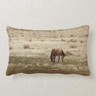 働くBuckskin牛馬によっては西部のスタイルが牧草を食べます ランバークッション