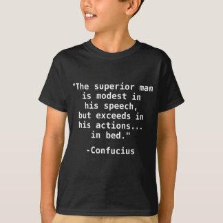 優秀な人… ベッドの孔子の引用文のTシャツ Tシャツ