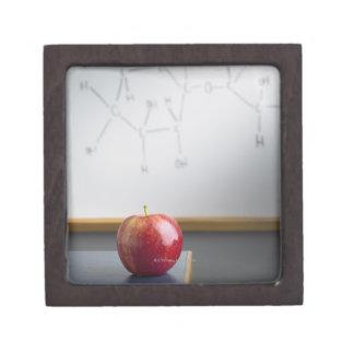 先生の机に坐る赤いりんご ギフトボックス