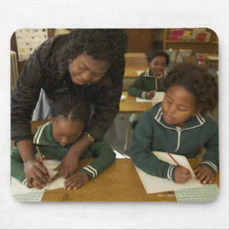 先生は彼女の若い学童を助けます マウスパッド