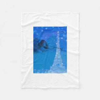 光るエッフェル塔上の魔法の天使 フリースブランケット