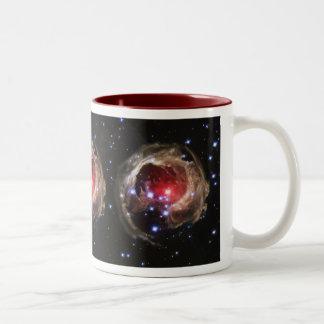 """""""光エコー""""はSupergiant星の近くで塵を照らします ツートーンマグカップ"""