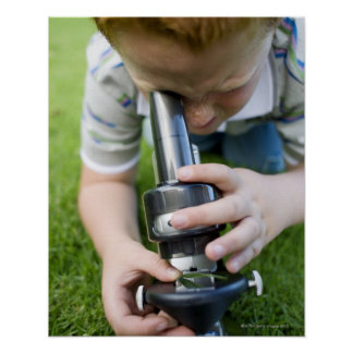 光学顕微鏡、クローズアップを使用して男の子(8-9) ポスター