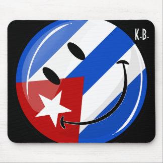 光沢のある円形の微笑のキューバの旗 マウスパッド