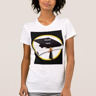免状および金ゴールドの円が付いている卒業の帽子 Tシャツ