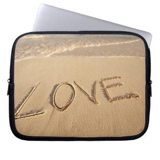 入って来るのビーチで書かれる砂を「愛して下さい」 ラップトップスリーブ