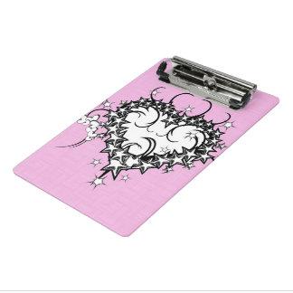 入れ墨されるピンクのハート ミニクリップボード