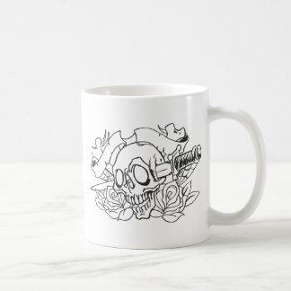 入れ墨のスカル及びナイフ コーヒーマグカップ