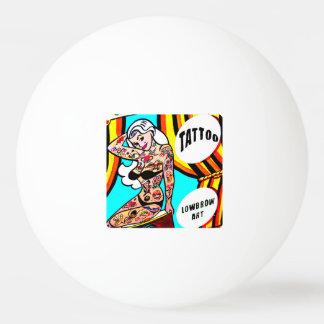 入れ墨のピンポン球とのブロンドのピンナップ 卓球ボール