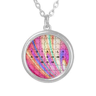 全く素晴らしいお母さんのピンクの渦巻のパズルのデザイン シルバープレートネックレス