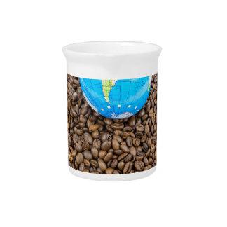 全コーヒー豆の積み重ねの世界が付いている地球 ピッチャー