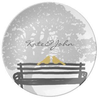 公園のベンチの結婚式の鳥 磁器プレート