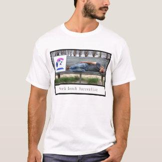 公園のベンチの超現実主義者 Tシャツ