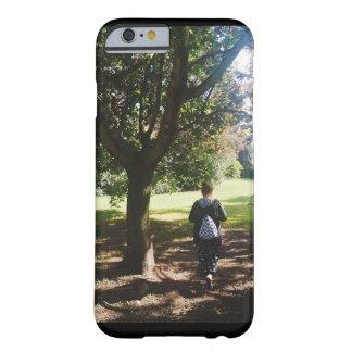 公園の女の子 BARELY THERE iPhone 6 ケース