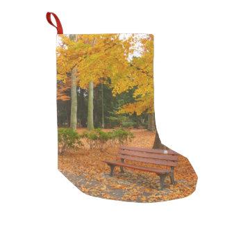 公園の平和で、静かな秋 スモールクリスマスストッキング