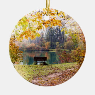 公園の池による秋-紅葉 セラミックオーナメント